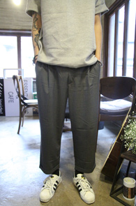 Grey Wide Turnup Slacks<br>�׷����÷��� ���̵��� �Ͱ�<br>�����ִ� �Ͱ��� �׷��� ������