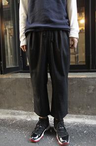 Black Stripe Wide Fit Crop Slacks<br>�?�÷��� ��Ʈ����������<br>���̵��� �Ͱ��� ũ������