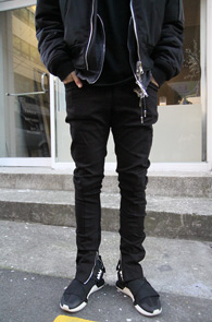 Black Slim Fit Zipper Pants<Br>�?�÷��� ������ �Ͱ�<br>�ش� �������� �����̴� ��������