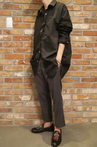 Black Over Fit Box Shirts<br>블랙컬러의 얇은 소재<br>박시한 핏감이 돋보이는 셔츠