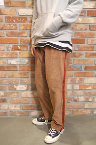 Beige Side Line Corduroy Pants<br>사이드라인 디테일, 골덴 소재<br>겨울용 원단으로 제작된 팬츠