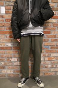 Khaki Wide Fit Warm Pants<br>카키컬러의 와이드 핏<br>이중지 원단으로 제작된 와이드 팬츠
