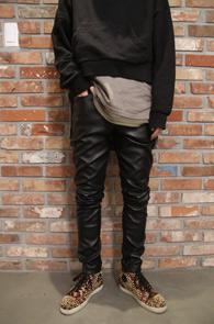 Black Fake Leather Skinny Pants<br>블랙컬러의 페이크 레더소재<br>PU 소재로 제작된 레더팬츠