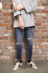 Blue Washing Cutting Denim Pants<Br>크롭트기장감, 컷팅디테일<br>디스트로이드 가공의 슬림팬츠