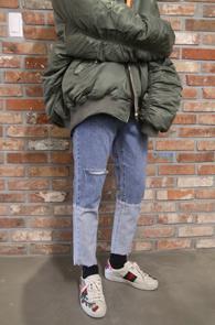 Blue Roll-up Detail Denim Pants<br>중청톤의 데님 컬러, 밑단의 디테일<br>크롭트 기장감의 데님 팬츠