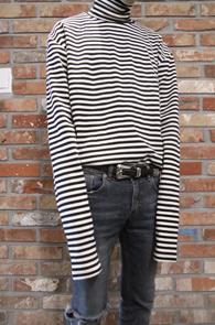 Stripe Turtle Neck T-Shirts<Br>스트라이프 패턴, 슬림한 핏감<br>팔이 길게 제작된 스트라이프티
