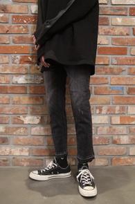 Black Washing Crop Denim Pants<br>블랙컬러, 워싱가공<br>밑단 디테일이 매력적인 데님팬츠
