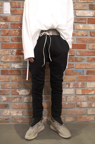 Black Zipper Banding Jogger Pants<Br>블랙컬러, 코튼 소재<br>밑단 지퍼 처리된 트레이닝 팬츠
