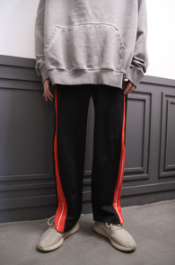 Black Wide Fit Line Pants<br>블랙컬러, 여유감 있는 핏감<br>와이드한 핏의 트레이닝 팬츠