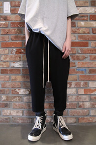 Black Crop Wrinkle Pants<Br>7부 기장의 크롭배기팬츠<br>트렌디한 실루엣 편한 활동성