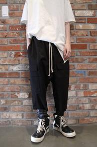 Black Cargo Crop Baggy Pants<br>블랙컬러, 카고 디테일<br>배기핏의 크롭 팬츠