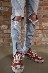 Light Blue Front Zipper Denim Pants<Br>앞지퍼 디테일, 연청 컬러<br>디스트로이드 디테일의 지퍼 팬츠
