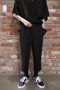 Black Piercing Baggy Slacks<Br>블랙컬러, 크롭트 기장감<br>피어싱과 허리 밴딩 디테일