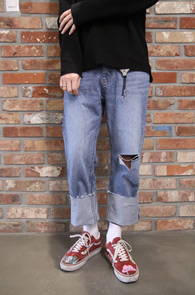 Wide Roll-up Denim Pants<Br>와이드한 핏감, 무릎 디스 디테일<br>롤업 디자인의 와이드한 데님팬츠