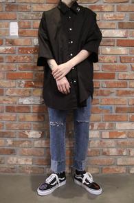 Black Long Piercing Shirts<Br>블랙컬러, 오버핏감<br>피어싱 디테일의 하프셔츠