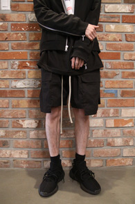 Black Baggy Cargo Half Pants<Br>블랙컬러, 배기핏감<br>카고디테일의 하프팬츠