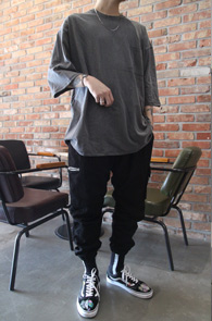 Chacoal Box Fit Pocket T-Shirts<Br>차콜컬러, 박시한 핏감<br>포켓디테일의 오버핏 티셔츠