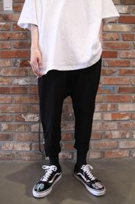 Black Side Zipper Baggy Pants<br>블랙컬러, 사이드 지퍼디테일<br>배기핏감의 사이드지퍼 팬츠