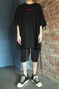 Cut Off Tape T-Shirts Black<br>블랙컬러, 박시한 핏감<br>사이드 트임 디테일의 박스티셔츠