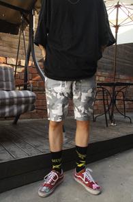 2 Color Banding Camo Half Pants<br>카키와 그레이 두가지 컬러<br>허리 밴딩 디자인의 카모 팬츠
