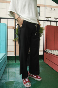Black Wide Cutting Slacks Pants<br>비대칭 밑단 디테일<br>여유있는 실루엣의 컷팅 슬랙스