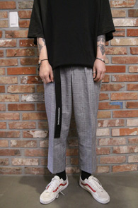 Check Wide Crop Slacks Pants<br>체크패턴, 와이드한 핏감<br>크롭 기장이 돋보이는 와이드 슬랙스