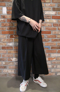 Wide Fit Crop Black Slacks<br>박시한 와이드한 핏감, 크롭핏의 기장감<br>매우 와이드한 핏감으로 제작된 슬랙스 팬츠