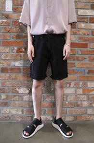Black Cutting Half Denim Pants<Br>블랙컬러, 밑단컷팅 디테일<br>깔끔한 느낌의 블랙 데님 하프팬츠