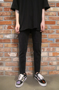 Black Cutting Slim Denim Pants<br>블랙컬러, 컷팅디테일<br>슬림한 핏감의 기본 블랙진