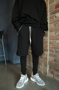 Black Zipper Pocket Leggings Pants<Br>블랙컬러, 지퍼디테일<br>레깅스와 붙어있는 팬츠
