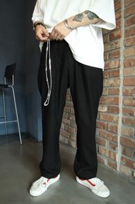 Black Half Banding Chain Wide Pants<Br>블랙컬러, 하프밴딩 디테일<br>체인 디테일의 와이드 팬츠