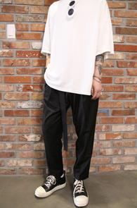 Black Wide Belt Baggy Slacks<br>블랙컬러, 와이드한 배기 핏감<br>유니크한 디자인의 벨트 슬랙스