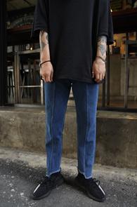 Mid Blue Unblance Cutting Denim Pants<Br>중청컬러, 밑단 컷팅 디테일<br>적당한 실루엣의 중청 데님 팬츠