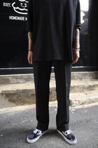 Black Semi Wide Slacks Pants<Br>블랙컬러, 적당히 여유있는 핏감<br>깔끔한 디자인의 기본 슬랙스
