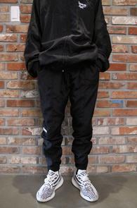 VTM X RB Training Pants<Br>베X멍 리X 콜라보 제품 모티브<BR>폴리소재의 트레이닝 팬츠