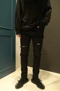 Black Coating Destroyed Skiny Pants<Br>블랙컬러의 코팅가공 처리, 디스 디테일<br>스키니한 핏감의 코팅 스키니진